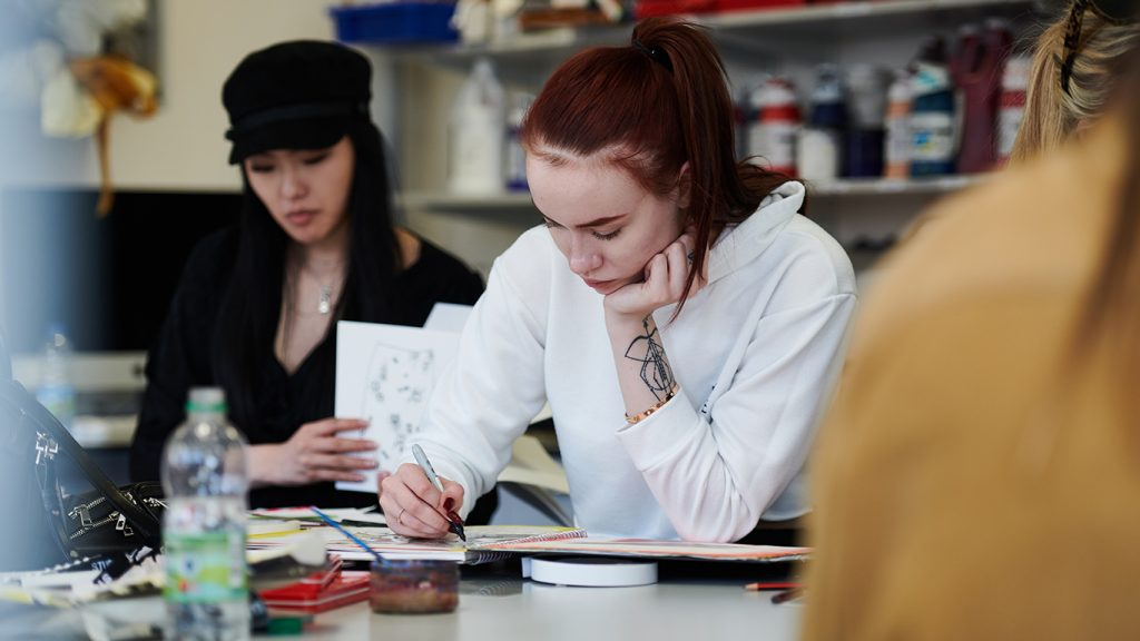 Art class at DLD College London